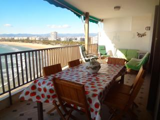 Beachside penthouse in Salou for 12 people, just a few steps from beautiful beaches! - Miami Platja vacation rentals
