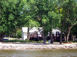 TIMEAWAY LODGE riverfront retreat sleeps up to 17. - Illinois vacation rentals