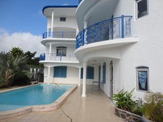 Bright apartment in an elegant Grand Gaube villa, with air con, garden & pool – 650m from beach! - Grand Gaube vacation rentals