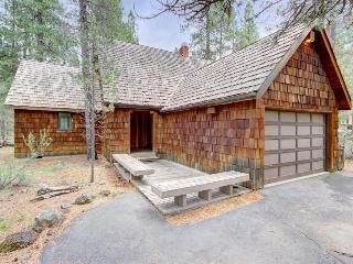 Sunriver lodge in woodland setting - pet-friendly & hot tub! - Sunriver vacation rentals