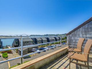 Lovely condo with hot tub, pool, sauna, crab dock, and more! - Newport vacation rentals