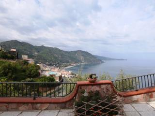 mansarda affacciata sul mare - Gioiosa Marea vacation rentals
