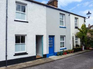 SUNNYSIDE COTTAGE, mid-terrace, central location, patio, in Deal, Ref 923122 - Deal vacation rentals