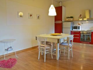3 bedroom holiday apartment near Tuscan cities, staffed property with outdoor pool - Castel San Gimignano vacation rentals
