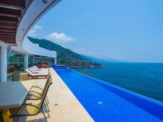 Casa La Vista with infinity pool, whirl pool spa and swim-up bar & Full floor game room - Mismaloya vacation rentals