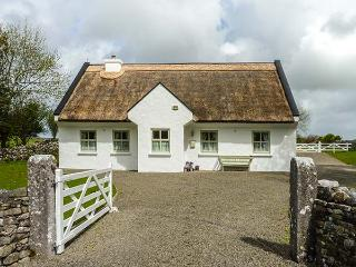 BROOKWOOD COTTAGE, character, woodburner, child-friendly, enclosed garden, thatched cottage near Cong, Ref. 924083 - Cong vacation rentals