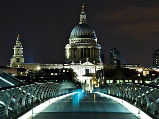 SUPERIOR 2 BEDROOM APT ST PAUL's Zone1 WiFi - London vacation rentals
