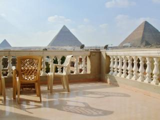 Rooftop apartment in Giza facing the Pyramids and Sphinx, with air con, BBQ terrace and WiFi - Giza vacation rentals