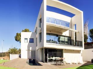 Luxury villa in Vallvidrera, near Barcelona, w/garden, WiFi, private pool, 1km from Tibidabo - Barcelona vacation rentals