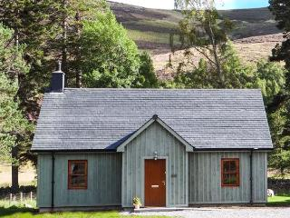 MORVEN COTTAGE, single-storey lodge with multi-fuel stove, hot tub, fishing, close Ballater Ref 15508 - Ballater vacation rentals