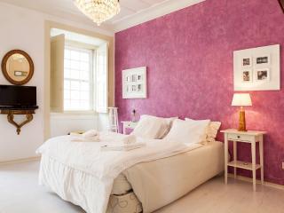 Alfama Vintage II Apartment by RE - Sobral de Monte Agraco vacation rentals