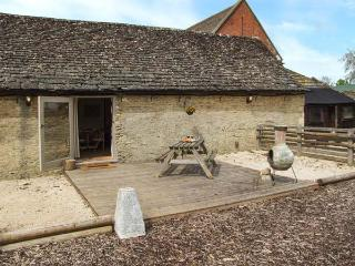 BULL PEN, shared swimming pool, off road parking, decked patio, in Lechlade-on-Thames near Cirencester, Ref 31093 - Lechlade vacation rentals