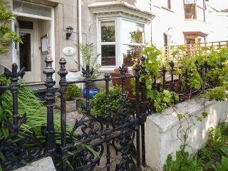 RYDAL MOUNT, three-storey terraced, pet-friendly, enclosed gardens, TV in all bedrooms, WiFi, in Tenby, Ref 925897 - Tenby vacation rentals