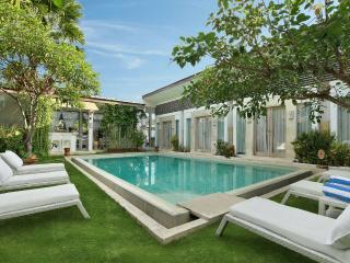 HUGE 9 BED VILLA BIG POOL CENTRAL SEMINYAK LUXUS! - Seminyak vacation rentals