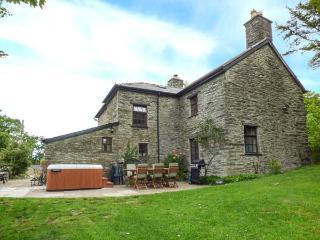 DOLEN FARMHOUSE hot tub, enclosed garden, family-friendly in Furnace Ref 28636 - Eglwys Fach vacation rentals