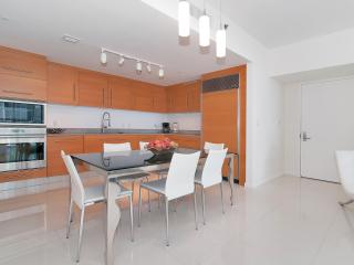 1/1 in luxurious Icon-Viceroy in Downtown Brickell!! beautiful bay and pool views! - Miami vacation rentals