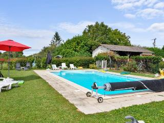 Cosy cottage in Poitou-Charentes with large, shared garden and pool - Brux vacation rentals