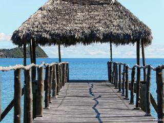 Villa pieds dans l'eau Isidoreo Nosybe - Nosy Be vacation rentals