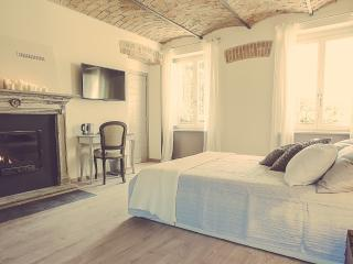 LANGHE COUNTRY HOUSE NEIVE - CAMERA LA QUERCIA - Neive vacation rentals