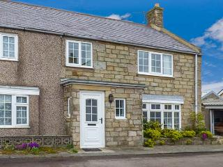 SANDY KNOWES, seaside cottage, woodburning stove, games room, in Low Hauxley near Amble, Ref 924140 - Amble vacation rentals