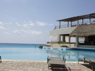 Beach Front Condo- great price, location, and room - Cancun vacation rentals