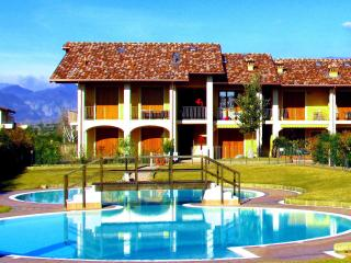 Comfortable flat, x 4, with pool, 900mt fm beaches - Puegnago sul Garda vacation rentals