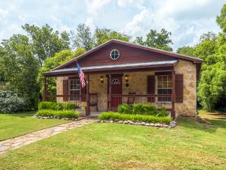 Beautiful and Newly Renovated Cottage in Glen Rose - Close to Downtown Attractions! - Glen Rose vacation rentals