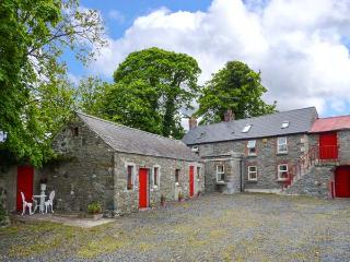 FANE FARMHOUSE, detached, open fire, ground floor bedroom, covered BBQ area, near Louth, Ref 20669 - Inniskeen vacation rentals