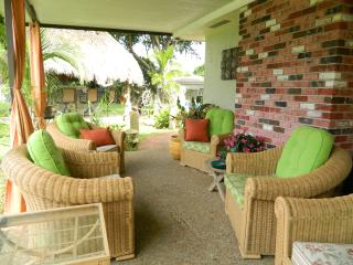 2 houses Compound, 3 kitchens, 2 Tiki, 4 lots - Pompano Beach vacation rentals