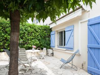 2 apartments, Sleeps 10,  WiFi, AC, 2 Parking - Cannes vacation rentals
