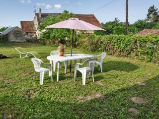 Elegant house in the heart of Burgundy w large, furnished garden for dining – 6km from Etang de Baye - Saint Reverien vacation rentals