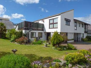 BOATHOUSE, roof terrace with beautiful views, WiFi, secure storage, Deganwy, Ref 922192 - Deganwy vacation rentals