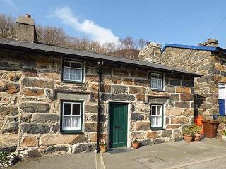 PEN Y BONT, terraced, Grade II listed, woodburners, garden, in Beddgelert, Ref 922358 - Beddgelert vacation rentals