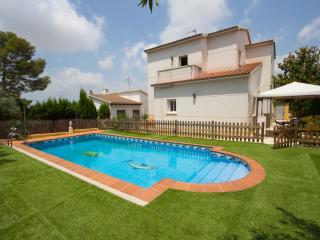 Summer 2015 discount: 4-bedroom villa close to the beach! - Costa Dorada vacation rentals