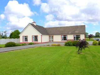TEACH CHIARRA, single-storey cottage, open fire, large lawned garden, near Lixnaw, Ref 3887 - Lixnaw vacation rentals