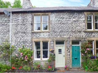 RIVERBANK COTTAGE, terraced cottage with open fire, WiFi, king-size bed, river views, near Buxton, Ref 915901 - Litton Mill vacation rentals