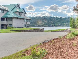 Cozy lake view getaway with a shared pool, fireplace - Harrison vacation rentals