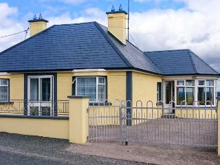HILLTOP BUNGALOW, detached, ground floor, open fire, en-suite wet room, good touring base overlooking lough in Aughnacliffe, Ref 926561 - Gowna vacation rentals