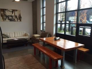 NW Downtown Apt on The Max w/ Parking - Portland vacation rentals