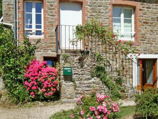 Enchanting semi-detached house in Brittany w/ garden & large terrace – near Saint-Malo, Dinard - Le Minihic-sur-Rance vacation rentals