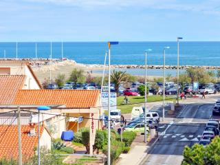 Colourful apartment near Saint Cyprien with sea-view balcony and WiFi – 150 metres from the beach - Canet-en-Roussillon vacation rentals
