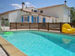 Stylish apartment near Royan, Charente-Maritime, w/ pool, tennis, pétanque, ping-pong & fishing pond - Meursac vacation rentals