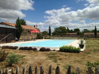 Enchanting Pays de la Loire house with large garden, private pool and tennis court - near the sea! - Saint-Cyr-en-Talmondais vacation rentals