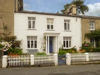 Afallon, Grade II listed town house, WiFi, tiered garden, beautiful views, in Porthmadog, Ref 926773 - Porthmadog vacation rentals