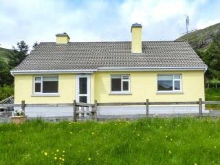 LOUGH FEE COTTAGE, solid fuel stoves, pet-friendly, Sky TV ground floor, near Tully, Ref. 927184 - Tully vacation rentals