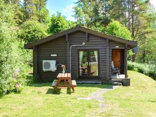 WESTRAY, detached cabin with loch views, front deck, WiFi, Strontian Ref 912474 - Strontian vacation rentals