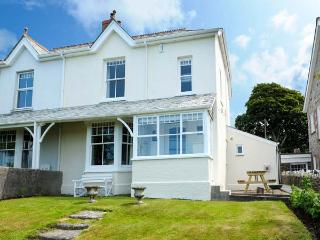 HIGHFIELD, open fire and multi-fuel stove, WiFi, washing machine, surfboard storage, good walks nearby, Camelford, Ref 923586 - Camelford vacation rentals