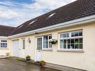 RING FORT COTTAGE, pet-friendly, open plan living, en-suite bedroom, close to amenities, in Ballinamuck, Ref. 917999 - Drumlish vacation rentals