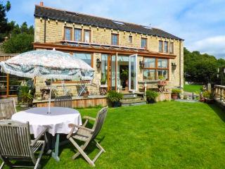 OAK VILLA, pet-friendly, excellent views, en-suites, WiFi, woodburner, beautiful garden, open plan, near Huddersfield, Ref. 927484 - Huddersfield vacation rentals