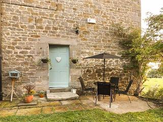 WEST WING COTTAGE, stone-built wing, woodburning stove, pet-friendly, romantic retreat, near Hexham, Ref 928401 - Hexham vacation rentals